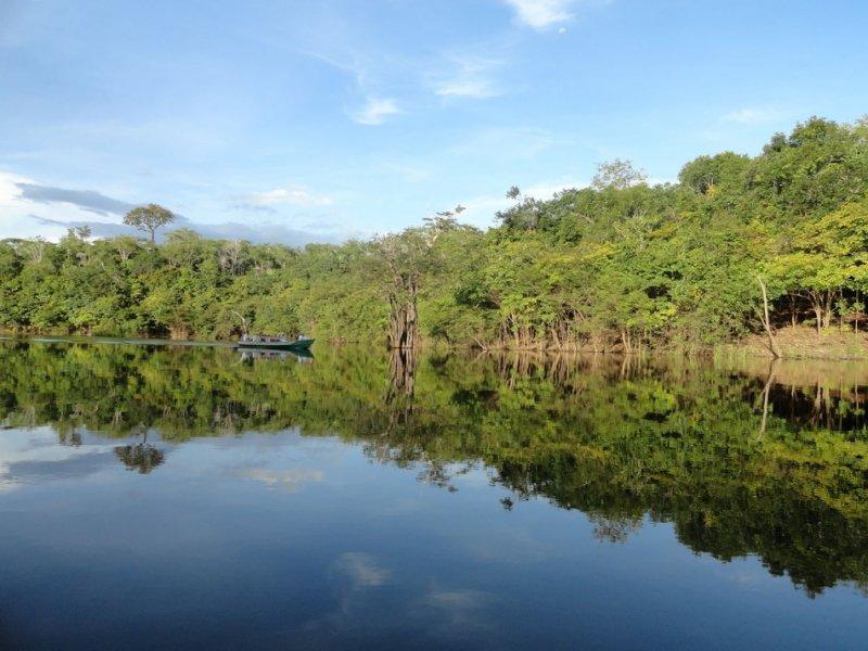 Passeio de canoa nos arredores do hotel.